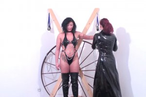 L'épouse se fait punir en allant chez cette dominatrice perverse