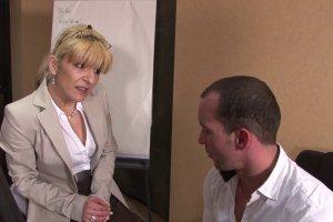 L'employé baise sa patronne sur le bureau pour conserver son poste