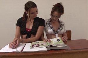 Deux copines étudiantes se font enculer
