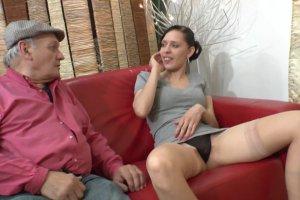 Tania se tape un papy en salle d'attente