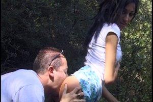 Le couple est trop excité alors il baise en pleine forêt