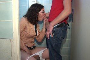 Stella se tape un mec aux toilettes pendant la pause