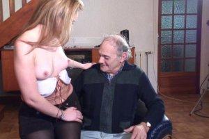 Un papy pervers cherche une aide à domicile assez spéciale