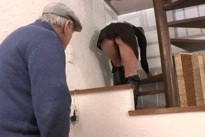 La femme de ménage se tape un papy et son colocataire