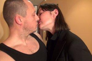 La patronne baise avec un employé qui a fait une erreur