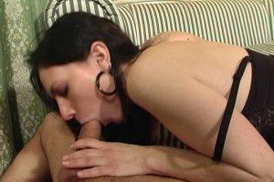 Mia Moore veut sucer pendant qu'on lui branle le clito