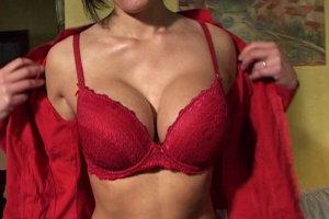 La plastique sexy de Julina une femme au foyer