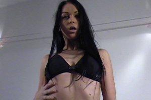 Julia enchaine striptease et pipe comme une salope