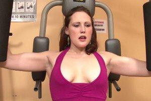 Baise torride sur un banc de musculation avec Emy Russo