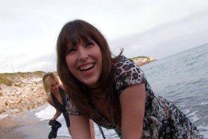 Double pénétration pour Allya sur la plage
