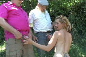 Louise couche d'abord avec son homme et se tape les papys ensuite