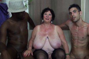 Mamie Olga se fait prendre par deux jeunes hommes en rut