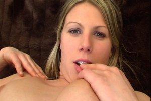 La jeune Anita découvre le sexe devant la caméra