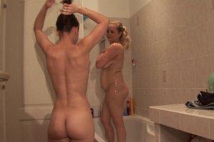 Catalina et Candice Marchal partagent une douche avec un pote