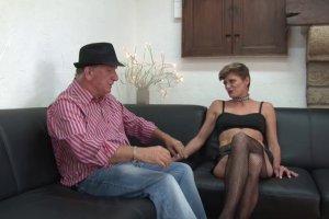 Clara se fait plaisir avec un homme expérimenté chez elle