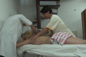 L'apprenti masseur se tape trois chaudes pouffiasses