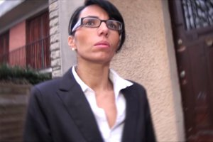 Bettina Cox baisée sur leplancher pour une vente