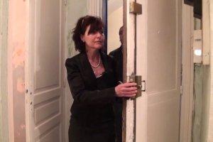 Joyce fait visiter un appartement à un jeune homme et le branche