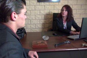 Lyna se défoule sur une de ses employés qui a fait une faute