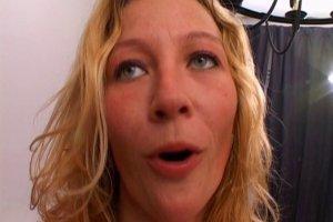 Laidy Margo montre comment elle fait les gorges profondes