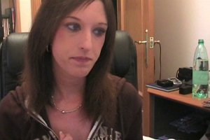 Laurra s'excite devant sa webcam avant de s'occuper de son mec