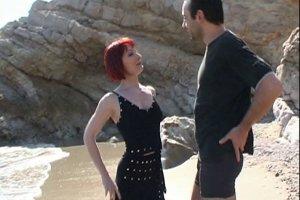 Chaude rousse se fait prendre sur la plage en plein soleil