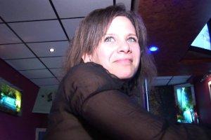 Flo se tape 4 bites dans un club