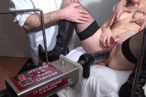 Angélique se fait tripoter sauvagement par deux gynécologues