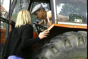 Julie veut baiser dans un tracteur