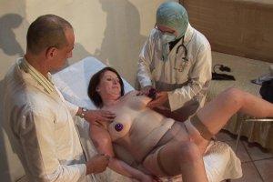 Contrôle de routine chez le gynécologue qui tourne en baise générale