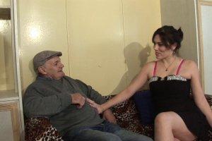 Erika Wolf s'offre à Papy pour son anniversaire