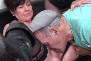 Joyce fait patienter un papy pervers chez le médecin