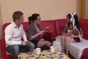 Un couple libertin fait découvrir le sexe à trois à une japonaise